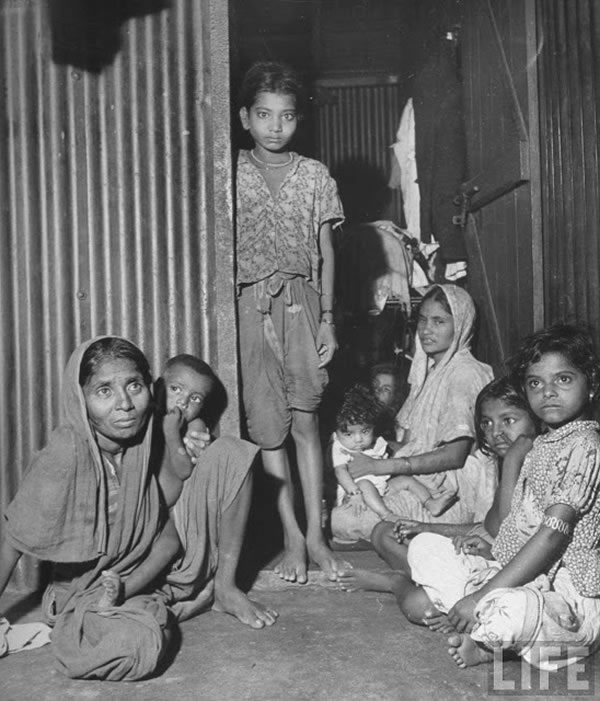 Poor Indian Families living in Chawls - Bombay (Mumbai) 1946 b