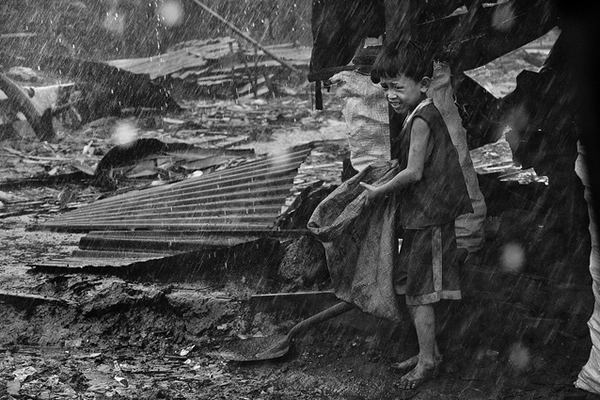 Typhoon Esther in Ulingan (charcoal) , Tondo, Manila - Working in the storm