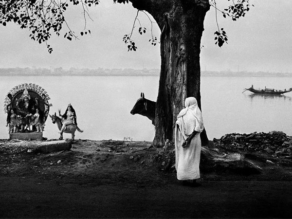 Women and Kali along Ganga river by Raghu Rai