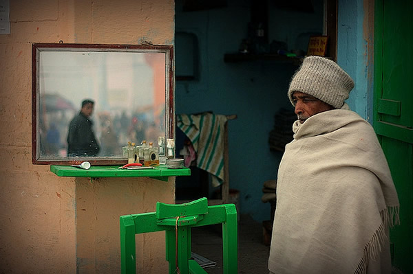The barber of Dasaswamedh. India - Indian Color Street Photography