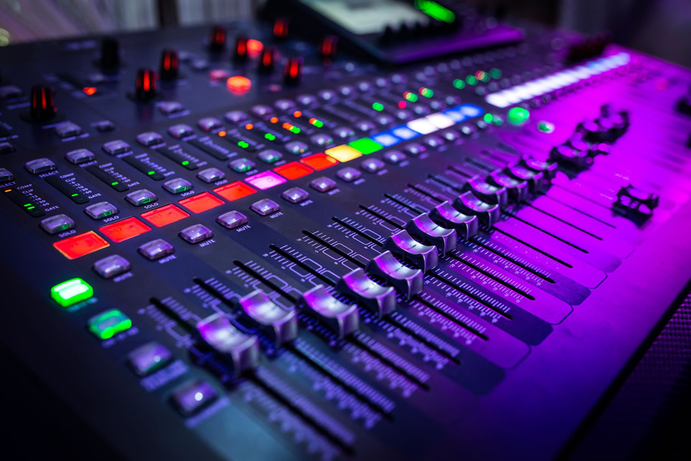 6 Essential Things You Need to Setup a Home Music Studio (Beginner's Guide)